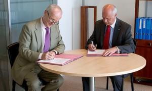El CEO de GRI, Ernst Ligteringen y el Secretario Genral de ISO , Rob Steele, firmando el acuerdo el lunes en Ginebra(Foto: ISO/Granier)